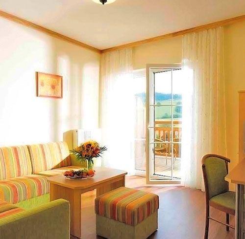 Schreinerhof hotel wohnzimmer familotel familienurlaub for Familienhotel design